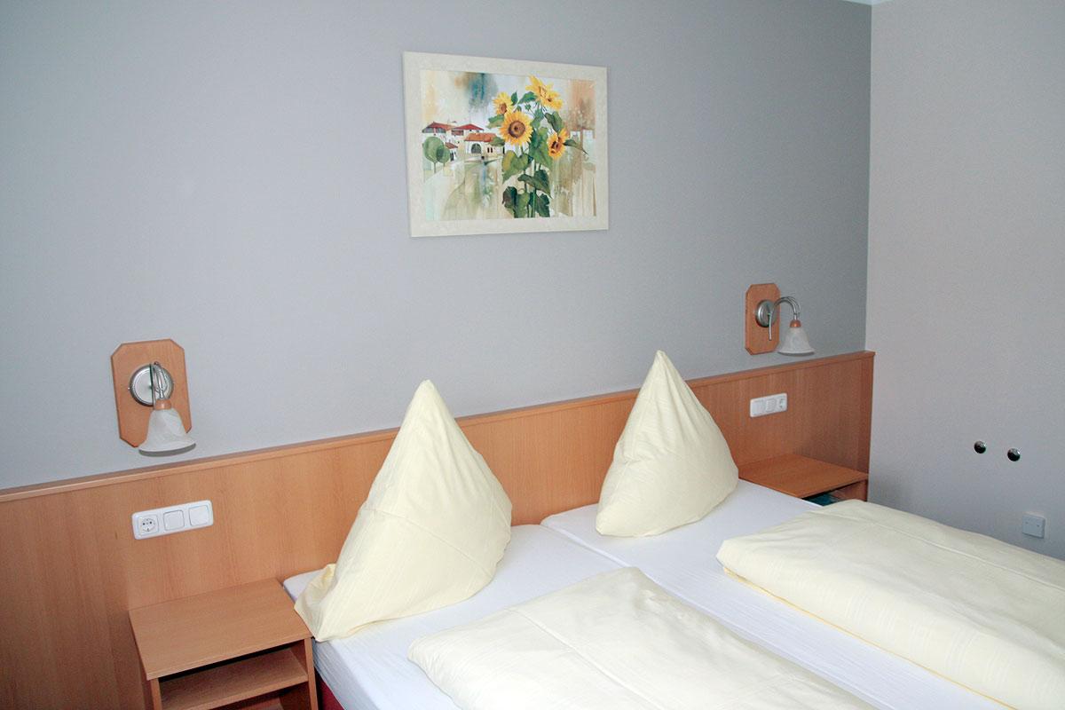Doppelbett in einem Gästezimmer